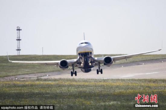 一架Ryan航空公司的飞机有惊无险的落地。 图片来源:Sipaphoto版权作品 禁止转载