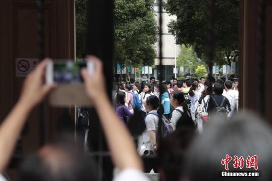 """6月7日,2017年高考大幕正式拉开,上海5万余名考生步入考场,参加考试。据悉,今年是上海第一年实施全新的高考改革方案,实施""""3+3""""新高考方案。 记者 张亨伟 摄"""