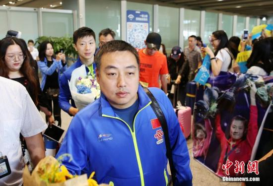 资料图:中国乒乓球队总教练刘国梁(前)抵达北京首都国际机场,球迷热情迎接。当日,在德国杜塞尔多夫参加第54届世界乒乓球锦标赛的中国乒乓球队载誉归来,抵达北京首都国际机场T3航站楼,球迷热情迎接。在本届世乒赛上,中国队囊获了男女单打与男女双打共四个项目的冠军。 <a target='_blank' href='http://www.chinanews.com/'>中新社</a>记者 卞正锋 摄