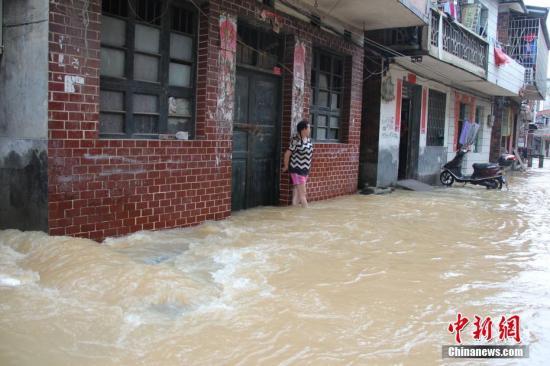 资料图:6月6日,受灾街道成河流。邓和明 摄