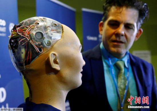 机器人Sophia后脑勺的透明面板让里面的电子原件一览无余。