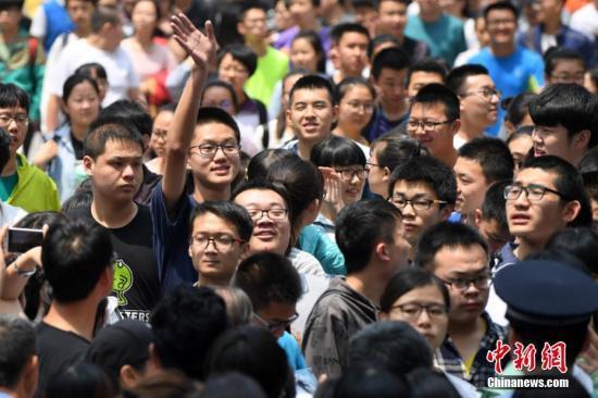 6月7日,高考首场科目考试结束,考生陆续走出考场。中新社记者 武俊杰 摄