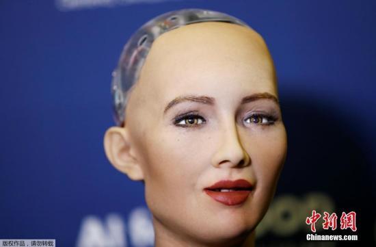 """当地时间2017年6月7日,瑞士日内瓦,在国际电信联盟(ITU)举办的""""人工智能""""全球峰会上,汉森机器人公司研发的类人机器人Sophia亮相。"""