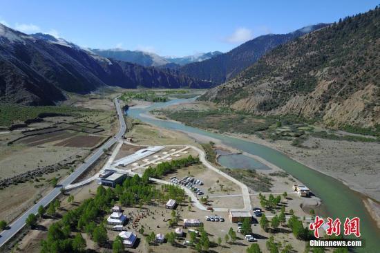 川藏线上的风景:玉曲河从远处雪山缓缓流下。(资料图) 张浪 摄