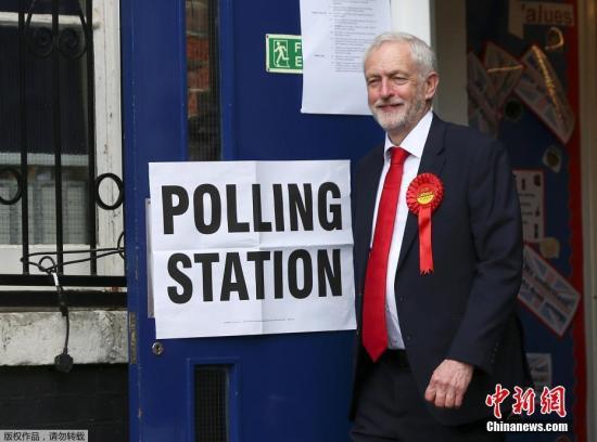 当地时间6月8日,英国伦敦伊斯灵顿,英国工党领袖科尔宾现身投票站参加大选投票。