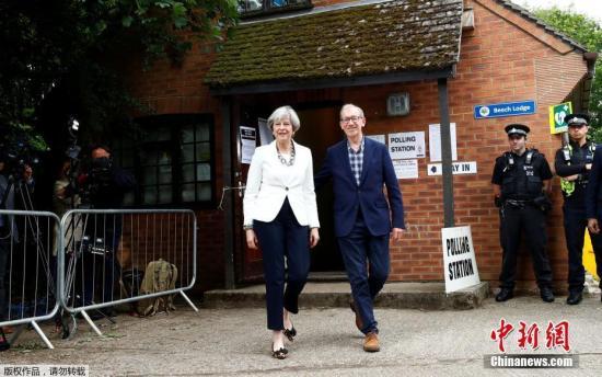 当地时间6月8日,英国大选开始投票,特雷莎・梅与其丈夫菲利普一起在英国桑宁(Sonning)一处投票站投票。