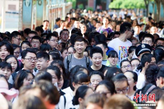 6月8日,山西太原,考生轻松走出考场。当日,中国大部分地区的高考落下帷幕。中新社记者 张云 摄