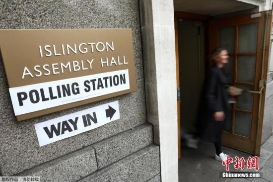 当地时间6月8日,英国大选投票正式启动。图为英国民众在伦敦一处投票站投票后离开。