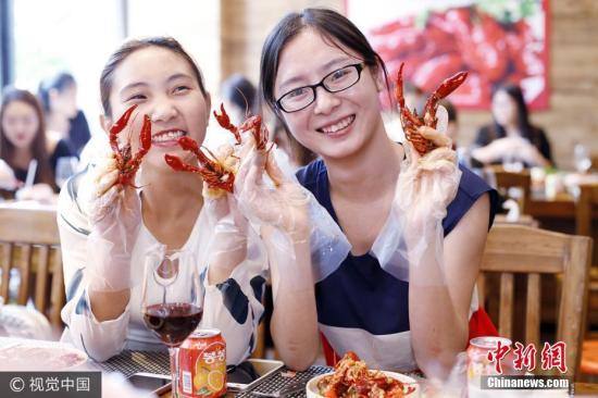 """""""虾稻共作""""成脱贫利器潜江乘""""小龙虾""""奔小康"""