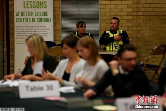 英国上次举行大选是在2015年,正常情况下,新一次大选应该在2020年。但特雷莎·梅在4月18日突然宣布,在今年6月8日提前举行大选。图为肯德尔投票站内,驻扎了警方人员以确保安全。