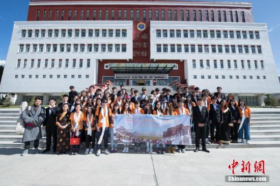 �Y料�D:2017年6月8日,香港青少年代表�F�c西藏大�W�W生代表在西藏大�W�群嫌傲裟睢�  中新社�者 何蓬磊 �z