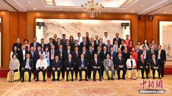 6月9日,参加第十五届东盟华商会的与会人员合影。记者 任东 摄