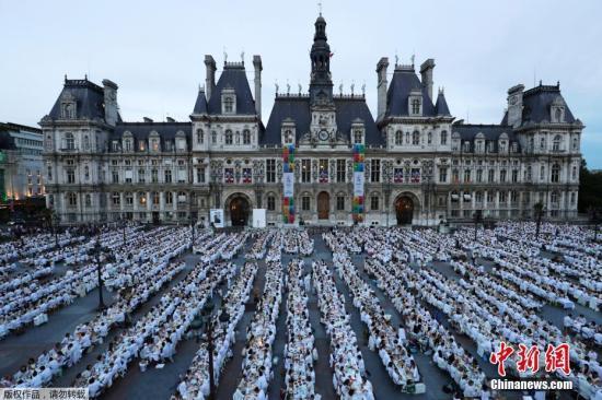 """当地时间2017年6月8日,法国巴黎,第29届""""白色晚餐""""活动举行,这项活动在巴黎兴起,至今已有20年历史。每年全球有超过20个城市举办此项活动,举行地点保密到家,最后一刻才会揭晓。"""