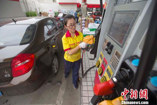 山西太原,加油站工作人员正在给车辆加油。 张云 摄