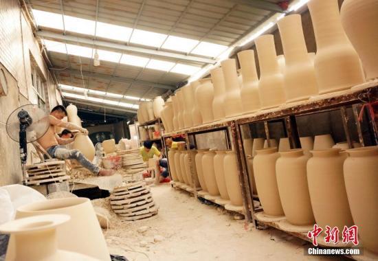 景德镇市陶阳北路的一处民间作坊内,工匠们正在忙碌着制作瓷器泥胎。王昊阳 摄