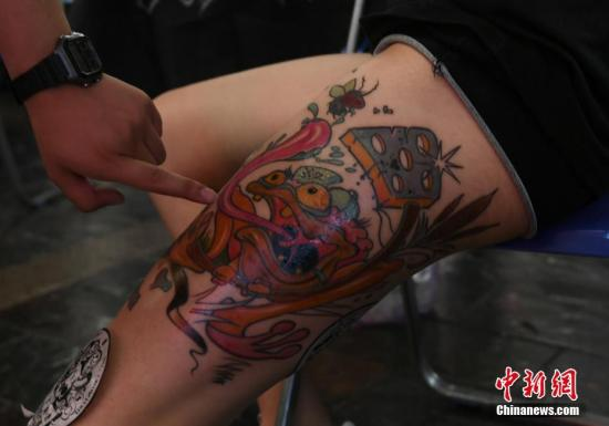 资料图片:各种文身展示着刺在皮肤上的另类艺术。 张瑶 摄