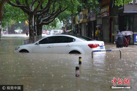 图为6月10日,南京市雨花台区,一辆汽车泡在水中。文字来源:中国天气网 图片来源:视觉中国