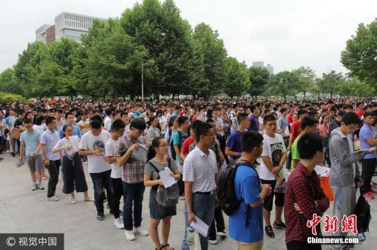 资料图:一高校自主招生考核举行,数千名考生参加了笔试。 图片来源:视觉中国