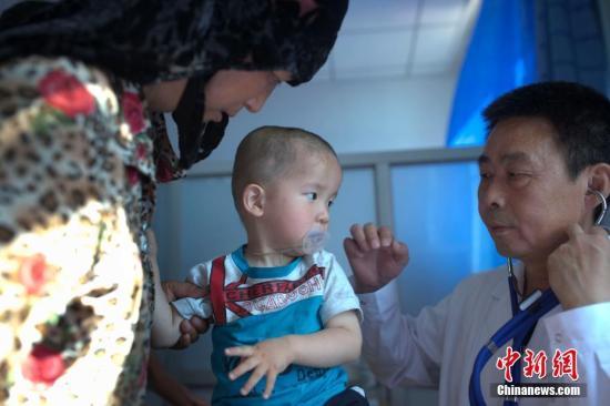 """6月13日,中国红十字基金会发首的""""一带一同""""大病人道援助计划新疆先心病患儿筛查援助走动在新疆伊犁打开。本次筛查援助走动在喀什、和田以及伊犁打开,主要筛查对象是0-14岁的儿童,同时考虑到当地的医疗资源欠缺,将援助对象正当放宽至拮据家庭的成年天生性心脏病患者。 中新社记者 刘关关 摄"""