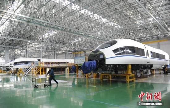 """过去五年,作为""""中国制造""""的代表,中国轨道交通装备在国际市场不断取得突破,完成了由配件出口到整车出口、由中低端产品到高端产品、由欠发达市场到发达市场的转变。搭载着肤色各异的乘客每天在全球各地奔跑着的中国制造轨道车辆,已成为一张闪亮的""""中国名片""""。资料图为中车长客生产车间。中新社记者 张瑶 摄"""