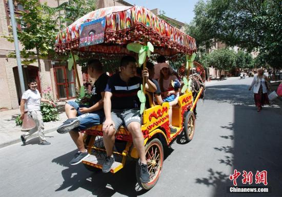 马车是载客环游古城交通工具之一。王小军 摄