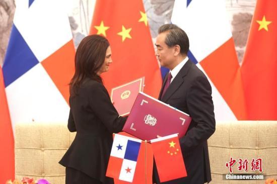 6月13日,中国外交部长王毅在北京与巴拿马副总统兼外长德圣马洛举行会谈。会谈后,两国外长签署了《中华人民共和国和巴拿马共和国关于建立外交关系的联合公报》。<a target='_blank' href='http://www.chinanews.com/'>中新社</a>记者 盛佳鹏 摄