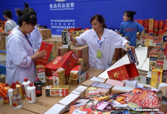 资料图:四川集中销毁价值300余万元的假冒伪劣酒。 中新社记者 刘忠俊 摄