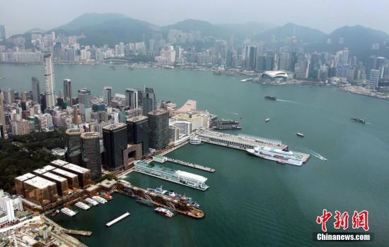 资料图:从香港环球世界贸易中心广场眺望维港两岸。 中新社记者 洪少葵 摄