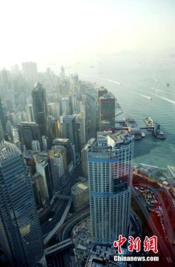 从香港中环高处拍摄的高楼大厦如雨后春笋。香港的面积只有1106平方公里,当中已发展土地少于四分之一,而人口则逾730万,已发展土地的人口密度每平方公里达27330人。在地少人多的情况下,向高空发展,至今拥有超过1300座摩天大楼,冠绝全球,大大抛离紧随其后的纽约(约730座)和东京(约490座)。 <a target='_blank' href='http://www.chinanews.com/'>中新社</a>记者 洪少葵 摄