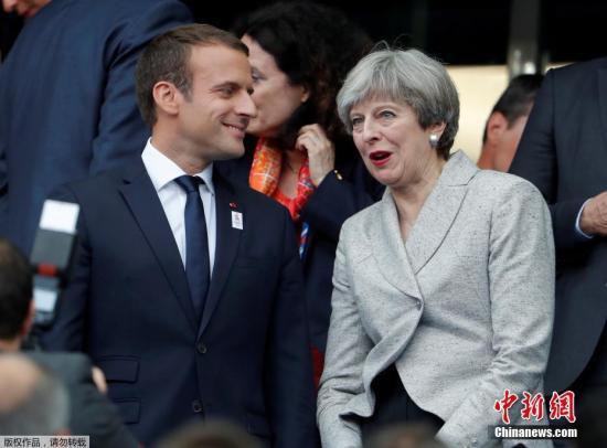 当地时间2017年6月13日,法国巴黎,英国首相特蕾莎·梅出访法国,与法国总统马克龙一起观看法国对阵英格兰的足球友谊赛。