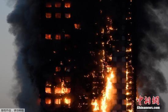 当地时间6月14日凌晨,伦敦西部一栋20余层的公寓大楼发生大火,火势猛烈,几乎蔓延到了所有楼层。约200名消防员和40辆消防车前往灭火。图为整幢大楼火势汹涌。