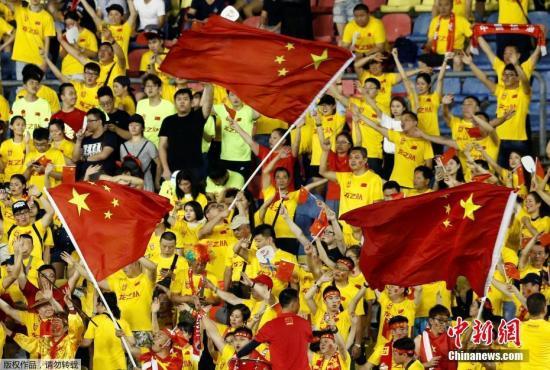 球迷也会对球队成绩产生不可忽略的影响。资料图:2017年12强赛中前往卡塔尔为国足助威的中国球迷。
