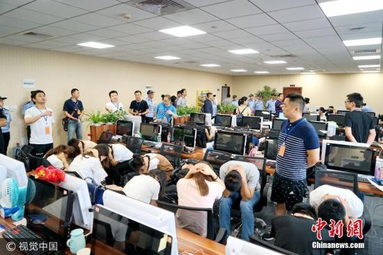 6月12日,武汉市公安局宣布破获一起特大网络诈骗案,抓获涉案人员808名,查扣涉案电脑800余台、手机2000余部、银行卡3000余张。这是全国打击整治非法互联网金融平台行动中,查获涉案人数最多的一起案件。图片来源:视觉中国