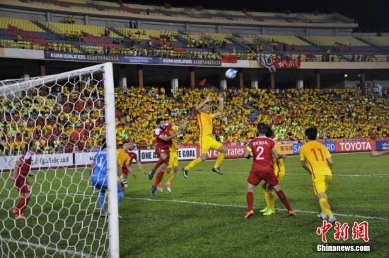 6月13日晚21:45,世界杯预选赛亚洲区12强赛,中国男足在马来西亚马六甲客场挑战叙利亚,中国队在先失一球的情况下,顽强以2:1反超,终场晚节不保,再失一球。与叙利亚2:2握手言和,晋级机会渺茫。<a target='_blank' href='http://www.chinanews.com/'>中新社</a>记者 蔡燕江 摄