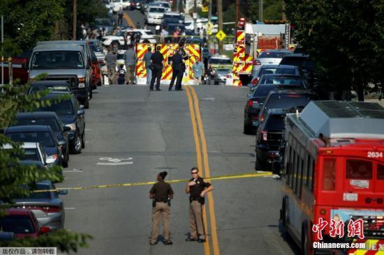 报道称,除了斯卡罗斯,还有另外两名官员中枪,他们都已被送往医院。另有消息称,斯卡罗斯没有生命危险。据称,有一名嫌疑人被拘捕。图为当地警方封锁附近道路。