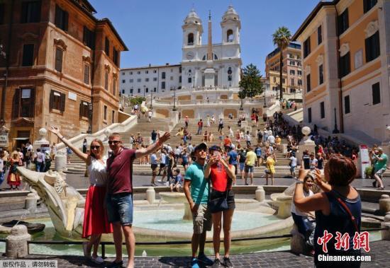 罗马,游客在喷泉边拍照。