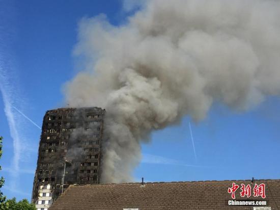 资料图:当地时间6月14日凌晨,伦敦西部一栋20余层的公寓大楼发生大火,约200名消防员和40辆消防车前往灭火。事故中已经至少有30名伤者被送往医院。目前火势仍然没有完全熄灭,现场浓烟滚滚。 <a target='_blank' href='http://www.chinanews.com/'>中新社</a>记者 周兆军 摄