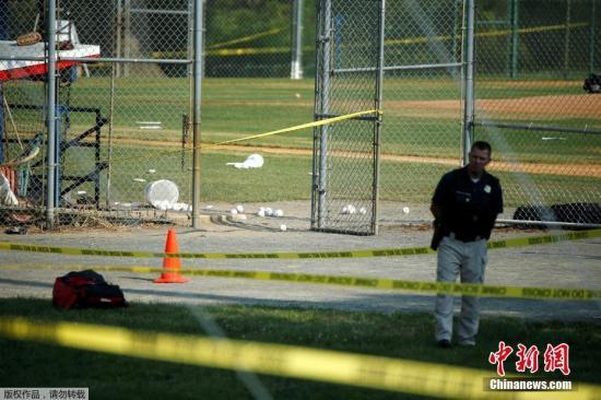 报道称,除了斯卡罗斯,还有另外两名官员中枪,他们都已被送往医院。另有消息称,斯卡罗斯没有生命危险。据称,有一名嫌疑人被拘捕。图为当地警方封锁事发棒球场。