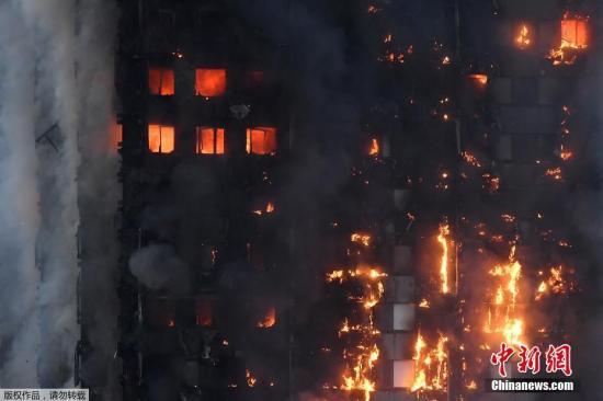 整幢大楼被大火包围。