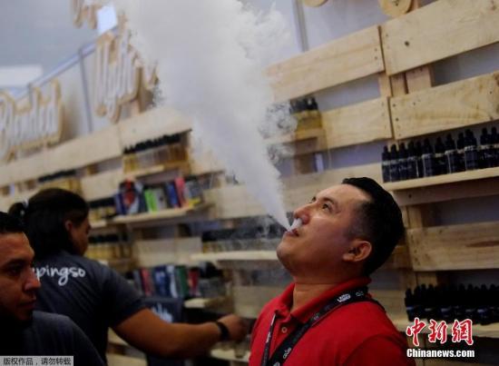 """近日,墨西哥墨西哥城,墨西哥举办电子烟营业大会,参与者们在大会上用电子烟进走""""吞云吐雾""""。"""