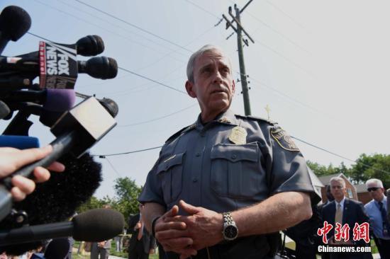 当地时间6月14日上午,美国弗吉尼亚州亚历山大市的一处棒球场发生枪击案。事发时,美国会众议院共和党棒球队正在场内训练,共和党党鞭史蒂夫・斯卡利斯中枪送医。亚历山大市警察局长迈克尔・布朗当天表示,这起事件共造成5人受伤,案件已移交FBI处理。<a target='_blank' href='http://www.chinanews.com/'>中新社</a>记者 刁海洋 摄