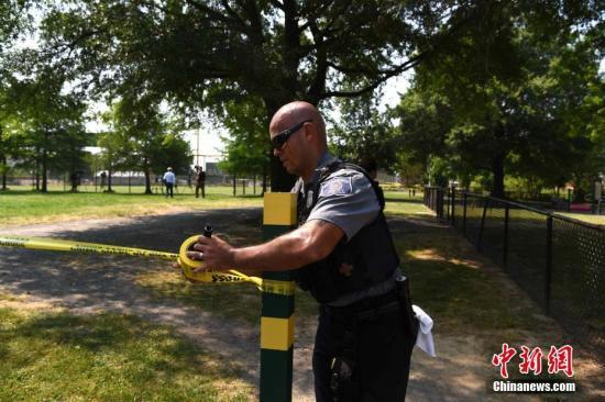 当地时间6月14日上午,美国弗吉尼亚州亚历山大市的一处棒球场发生枪击案。事发时,美国会众议院共和党棒球队正在场内训练。枪击事件造成包括共和党党鞭史蒂夫·斯卡利斯在内5人受伤。枪手中弹后不治身亡。图为事发现场附近区域。中新社记者 刁海洋 摄