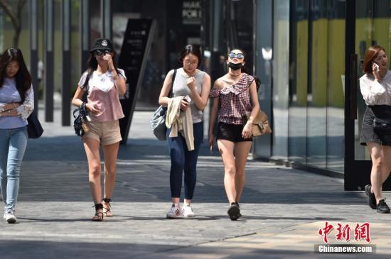资料图片:北京三里屯街头美女清凉出行。 <a target='_blank' href='http://www.chinanews.com/' >中新网</a>记者 金硕 摄