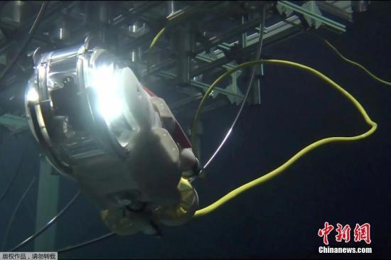 据报道,取出燃料碎片被认为是反应堆报废工作中最大难关,1至3号机组中熔落的具体位置和形状等尚不清楚,此次调查将力争首次确认。据悉,机器人将从安全壳的贯通孔进入,通过连接着的缆绳进行远程操作。