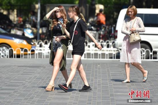 北京三里屯街头美女顶烈日出行。 <a target='_blank' href='http://www.chinanews.com/' >中新网</a>记者 金硕 摄