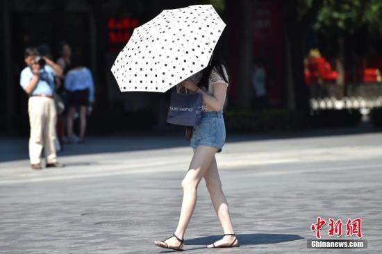 周末两天,气温将有所回落,最高气温在33℃至34℃左右,炎热感或将有所缓解。 记者 金硕 摄