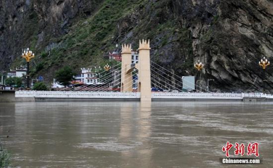 資料圖:四川丹巴境內將有連續強降雨。圖為洪水即將漫過大橋,情況十分危急。 丹巴軒 攝