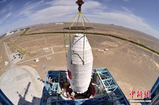 """6月15日11时00分,中国在酒泉卫星发射中心采用长征四号乙运载火箭,成功发射首颗X射线空间天文卫星""""慧眼""""。图为吊装卫星瞬间。发 航天科技集团五院 供图"""