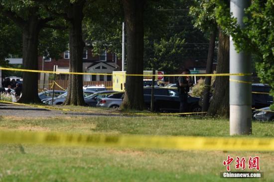 当地时间6月14日上午,美国弗吉尼亚州亚历山大市的一处棒球场发生枪击案。事发时,美国会众议院共和党棒球队正在场内训练。枪击事件造成包括共和党党鞭史蒂夫·斯卡利斯在内5人受伤。枪手中弹后不治身亡。图为事发现场附近区域。<a target='_blank' href='http://www.chinanews.com/'><p  align=