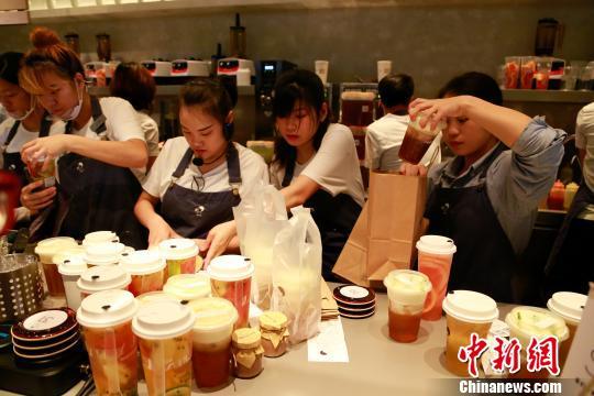 资料图:杭州某网红奶茶店的店员正在忙碌。 王远 摄